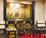 木彫の釈迦如来像が見守る釈迦殿