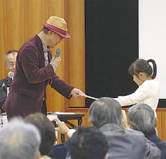 石さん(左)による表彰