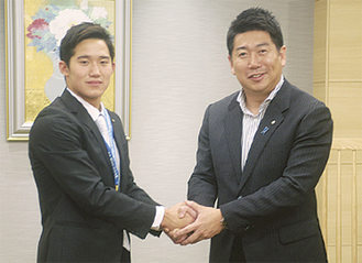 福田市長と握手する荒井選手(左)(6月24日号掲載)