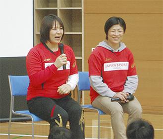 講演する谷本さん(左)と小原さん(右)