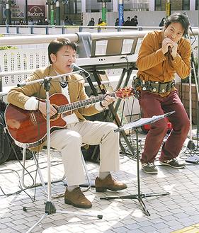 共演する山川さん(左)と居相さん