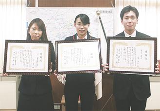 感謝状を受け取った左から山田さん、篠崎さん、長瀬さん