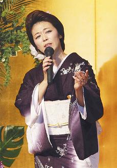 お披露目会で歌う高津川真紀こと戸張真紀さん=戸張さん提供
