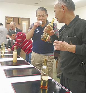 4月は東北地方などの日本酒5種を用意した利き酒。かおりや味を何度も確かめる参加者