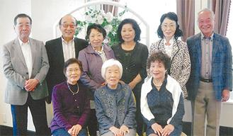 担任だった粕谷昭子さんを囲むメンバーたち