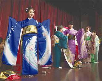 大会で着付けを体験する台湾人モデルたち
