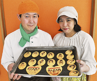 クッキーを紹介する伊藤正幸さんと美佳さん
