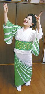「川崎おどり」の文字が入った当時の着物で踊る清水さん