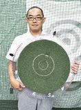 独自の練習器具クロックディスクを持つ塩川さん