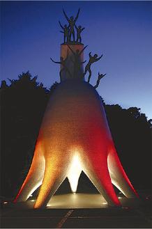ライトアップされた母の塔=同館提供