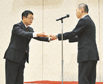 感謝状を贈る富樫署長(右)