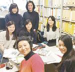 薬袋准教授と学生たち