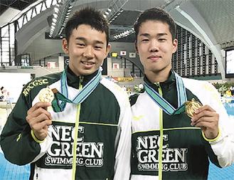 優勝を喜ぶ末永選手(右)と水野選手