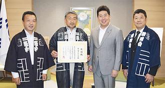 感謝状を受け取る平山会長(写真中央)