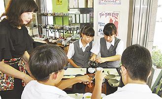 お茶の入れ方を学ぶ生徒たち