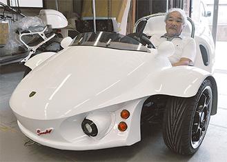 スニーカー00に乗る設計者の神野和夫さん(71)