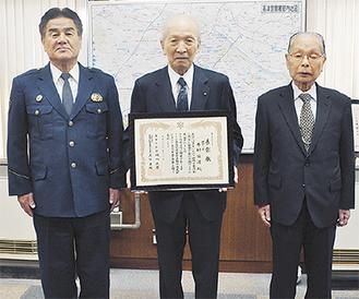 賞状を持つ木村俊道さん(中央)と警察関係者