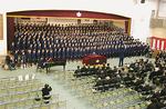 合唱する全校生徒