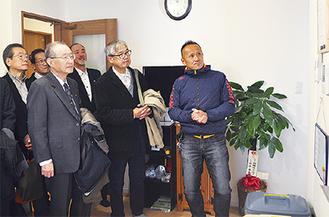 ダルクのスタッフ(右端)の説明を受ける協議会のメンバー