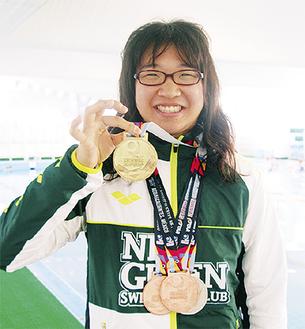 金メダルを含む4つのメダルを手にする渡邉さん