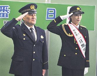 敬礼をする宇津木選手(右)と飯塚署長