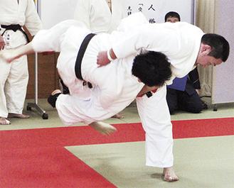 柔道では投げ技に歓声が上がった