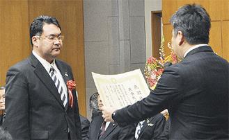 福田市長から賞状を受け取る榎原俊治さん