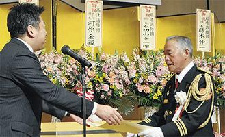 表彰を受ける森勝夫団長(写真右)