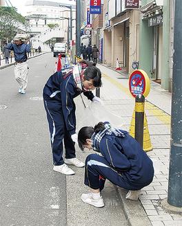 マルイ横の通りで吸い殻ゴミを拾う生徒たち