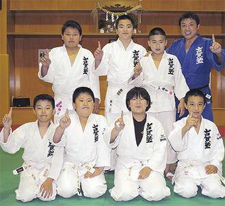 全国に挑戦する7人と古賀塾長(右上)