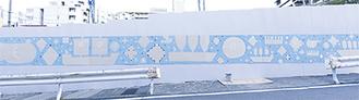 仮囲いに描かれた絵「BLUE SKY AND SEA」=野田昌志さん提供