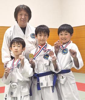メダルを手に喜びを語る選手たち