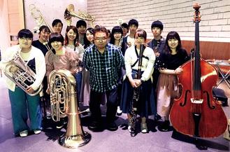 大和田さん(中央)とフレッシュマン・ウインド・アンサンブルの学生