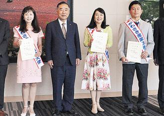 大使に任命された中川さん=右から2番目