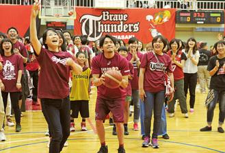 篠山選手(中央)とゲームを楽しむ参加者