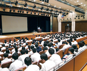 県警職員の講和を聞く生徒たち
