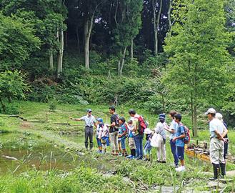湧水地を調査する参加者ら(昨年)