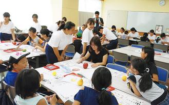 中学生から絵の描き方などを学ぶ児童ら