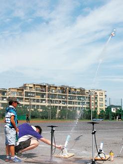 水しぶきとともに飛んでいくロケット
