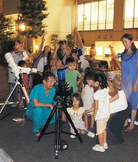 火星や木星を観察する子どもたち