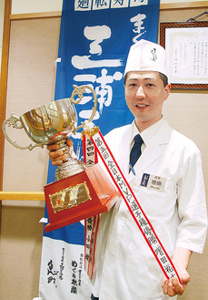 優勝カップを手にする増田さん