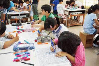 地図に危険箇所を書き込む児童たち