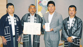 感謝状を受け取る平山会長(左から2番目)