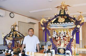 新調された2基の神輿と奉賛会の高橋会長