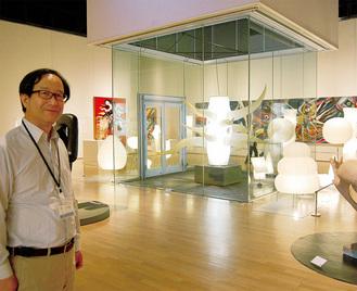2人の作品が融合した空間で、解説する佐々木さん