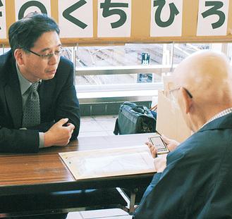 相談を受ける中根医師(左)