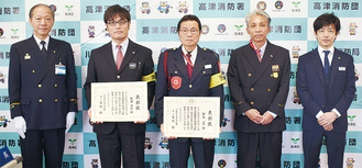 表彰された飯島さん(左から2人目)と鈴木さん(中央)