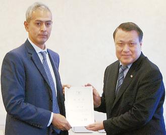 認定盾を手にする小坂教諭(左)と田嶋幸三JFA会長