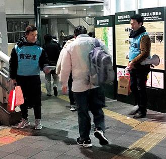 溝口駅前で啓発物を配る会員