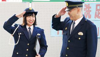 敬礼をする阿部署長と戸田さん